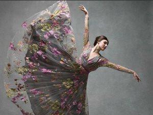 «ارقص بخفة ودلع الدنيا هى الشابة وأنت الجدع».. صور تجعلك تقع فى حب الرقص
