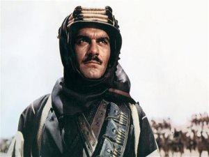 من الفنان الذى كان مرشحا لفيلم «لورانس العرب» قبل عمر الشريف؟